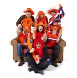 Gruppe des aufpassenden Spiels des niederländischen Fußballfans über weißem Hintergrund Stockbild