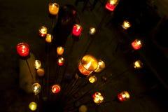 Gruppe des Beleuchtens von Kerzen in der Dunkelheit Stockfoto