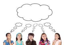 Gruppe des Denkens mit fünf Kindern Lizenzfreie Stockbilder