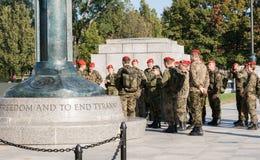 Gruppe des deutschen Militärbesuchs das Denkmal des Weltkrieg-11 Lizenzfreies Stockbild