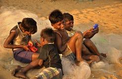 Gruppe des Dorfs scherzt in Indien, das Videospiele spielt Lizenzfreies Stockfoto