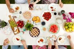 Gruppe des Essens der jungen Leute stockfoto