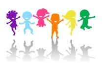 Gruppe des Farbkinderspringens Stockfotos