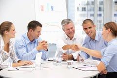 Gruppe des Geschäfts Proffessionals in der Sitzung Stockfotografie