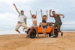 Gruppe des glücklichem multiethnischem Freundspringens lizenzfreies stockfoto