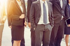 Gruppe des glücklichen jungen Geschäftsteams, zusammen gehende Geschäftsleute das Büro im Freien, Erfolgsteamwork stockfotos