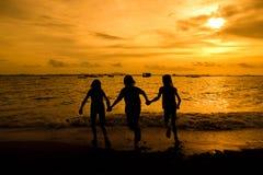 Gruppe des glücklichen jungen Mädchens, das am Strand auf schöner Summe läuft stockfotografie