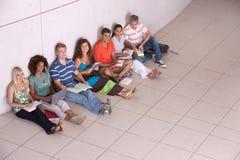 Gruppe des glücklichen Kursteilnehmerstudierens Lizenzfreie Stockfotografie