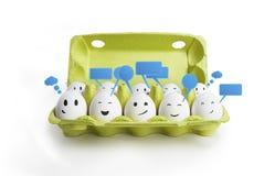 Gruppe des glücklichen Lächelns eggs mit Sozialschwätzchenzeichen Stockbilder