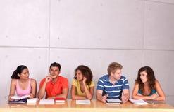 Gruppe des glücklichen Kursteilnehmerstudierens Stockbild