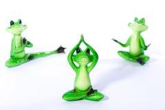 Gruppe des grünen Frosches stellt das Ausdehnen und das Handeln von Yogaübungen dar Lizenzfreie Stockbilder