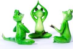 Gruppe des grünen Frosches stellt das Ausdehnen und das Handeln von Yogaübungen dar Lizenzfreies Stockfoto
