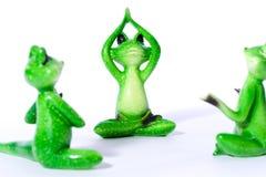 Gruppe des grünen Frosches stellt das Ausdehnen und das Handeln von Yogaübungen dar Stockfoto