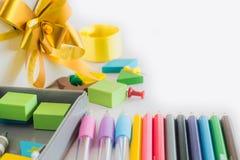 Gruppe des Graphits und Farbe zeichnen, grüner Gummi auf weißem backgr an Lizenzfreie Stockfotos