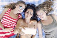 Gruppe des hübschen Mädchens nehmen ein selfie Stockfotografie