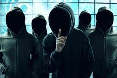 Gruppe des Hackers im Computerraum stockfoto