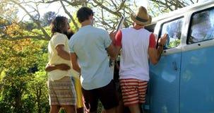 Gruppe des Hippie-Freundumarmens stock video