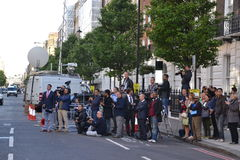 Gruppe des Journalisten auf die Königsfamilie wartend Stockfoto