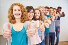 Gruppe des Jugendlichen beglückwünschend mit den Daumen oben Stockfotos