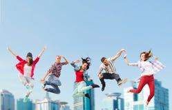 Gruppe des Jugendlichspringens Stockfoto