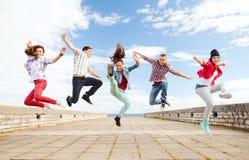 Gruppe des Jugendlichspringens Lizenzfreies Stockfoto