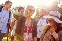 Gruppe des junge Leute-gehenden Kampierens am Musik-Festival Stockfotos