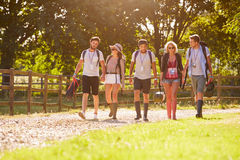Gruppe des junge Leute-gehenden Kampierens am Musik-Festival stockfoto