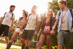 Gruppe des junge Leute-gehenden Kampierens am Musik-Festival lizenzfreies stockfoto
