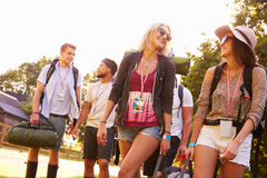 Gruppe des junge Leute-gehenden Kampierens am Musik-Festival lizenzfreie stockbilder