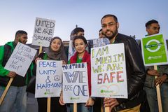 Gruppe des jungen Moslem-Haltens unterzeichnet im Trafalgar-Platz lizenzfreies stockbild