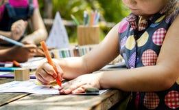 Gruppe des Kindergartens scherzt die Freunde, die draußen Kunstunterricht zeichnen stockfoto