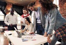 Gruppe des kreativen Geistesblitzes der Arbeitskraft fünf zusammen im Büro, neue Art des Arbeitsplatzes, glückliche Szene von Leu stockbilder