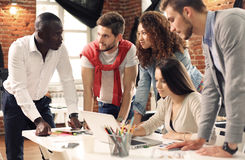 Gruppe des kreativen Geistesblitzes der Arbeitskraft fünf zusammen im Büro, neue Art des Arbeitsplatzes, glückliche Szene von Leu lizenzfreie stockfotos