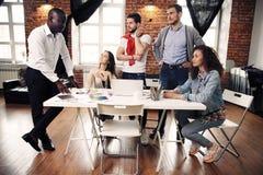 Gruppe des kreativen Geistesblitzes der Arbeitskraft fünf zusammen im Büro, neue Art des Arbeitsplatzes, glückliche Szene von Leu lizenzfreie stockbilder