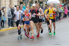 Gruppe des Läufers auf nassem Asphalt Stockbilder