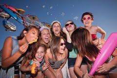 Gruppe des Lachens der jugendlich Mädchen stockbild