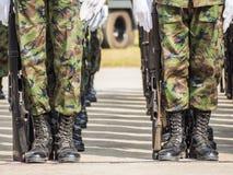 Gruppe des Marinesoldaten Militärparade der königlichen thailändischen Marine, Sattahip-Marinebasis, Chonburi, Thailand durchführ Stockbilder