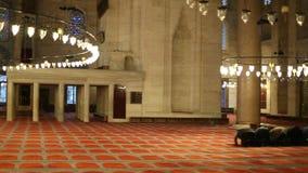 Gruppe des moslemischen Mannes sind beugen unten und betend in der großen Gebetshalle des Suleymaniye-Moscheeninnenraums stock footage