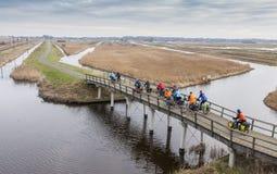 Gruppe des Radfahrers eine Brücke kreuzend Lizenzfreie Stockfotos
