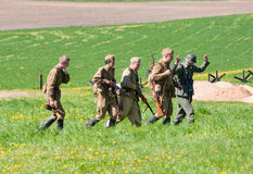Gruppe des Riflemengeleitschutz KRIEGSGEFANGEN Stockbilder