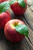 Gruppe des roten Apfels auf hölzerner Tabelle, roter Apfelhintergrund für gutes Lizenzfreies Stockfoto