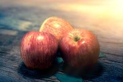Gruppe des roten Apfels auf hölzerner Tabelle, roter Apfelhintergrund für gutes Lizenzfreie Stockfotos