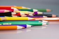 Gruppe des Scharfen färbte Bleistifte mit Details und Reflexionen Lizenzfreie Stockbilder
