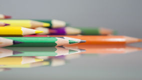 Gruppe des Scharfen färbte Bleistifte mit Details und Reflexionen Lizenzfreie Stockfotografie