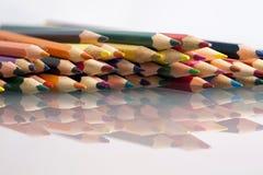 Gruppe des Scharfen färbte Bleistifte mit weißem Hintergrund Stockfoto
