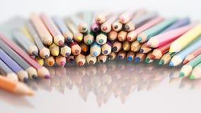 Gruppe des Scharfen färbte Bleistifte mit weißem Hintergrund Stockbilder