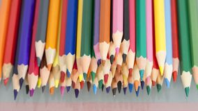 Gruppe des Scharfen färbte Bleistifte mit weißem Hintergrund Stockbild
