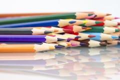 Gruppe des Scharfen färbte Bleistifte mit weißem Hintergrund Lizenzfreies Stockbild