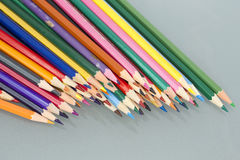 Gruppe des Scharfen färbte Bleistifte mit weißem Hintergrund Lizenzfreie Stockfotos