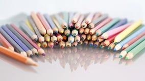 Gruppe des Scharfen färbte Bleistifte mit weißem Hintergrund Stockfotos